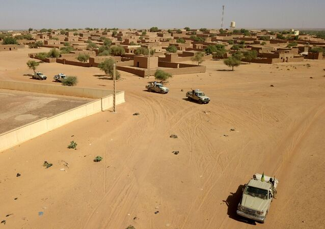 Des combattants du groupe armé local Gatia, et du groupe armé pro-gouvernemental Mouvement de Salut de l'Azawad, patrouillent autour de la ville de Menaka le 21 novembre 2020. - En octobre 2020, le groupe armé local Gatia et le groupe armé pro-gouvernemental Mouvement de Salut de l'Azawad, ont lancé une opération conjointe appelée Menaka Sans Armes. L'opération vise à réduire le nombre d'armes en circulation dans et autour de la ville de Menaka. Située entre le Mali, le Niger et le Burkina Faso, Menaka est considérée comme un épicentre de la présence de l'État islamique dans la région du Sahel. (Photo de SOULEYMANE AG ANARA / AFP)