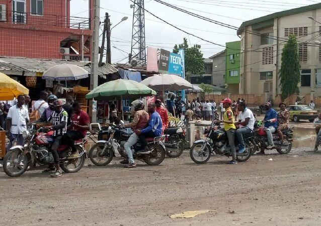 Des chauffeurs de mototaxi et des passagers non masqués dans un carrefour de Douala.