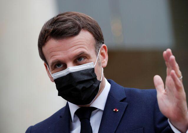 Le président français Emmanuel Macron, portant un masque de protection, fait des gestes alors qu'il prononce une déclaration commune avec le président serbe Aleksandar Vucic (non vu) au Palais de l'Elysée à Paris, France, le 1er février 2021.  REUTERS/Benoit Tessier