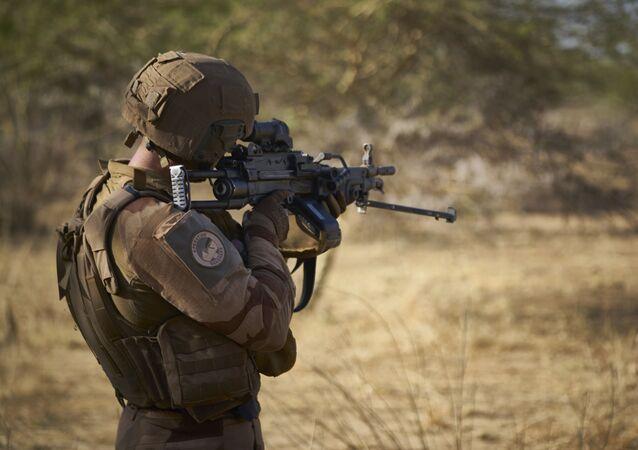 Un soldat de l'armée française surveille une zone rurale lors de l'opération Barkhane dans le nord du Burkina Faso le 10 novembre 2019