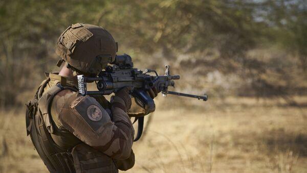 Un soldat de l'armée française surveille une zone rurale lors de l'opération Barkhane dans le nord du Burkina Faso le 10 novembre 2019 - Sputnik France