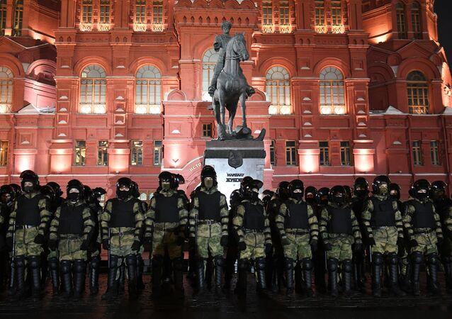 Les forces de l'ordre lors d'une manifestation non-autorisée en soutien à Navalny à Moscou, le 2 février