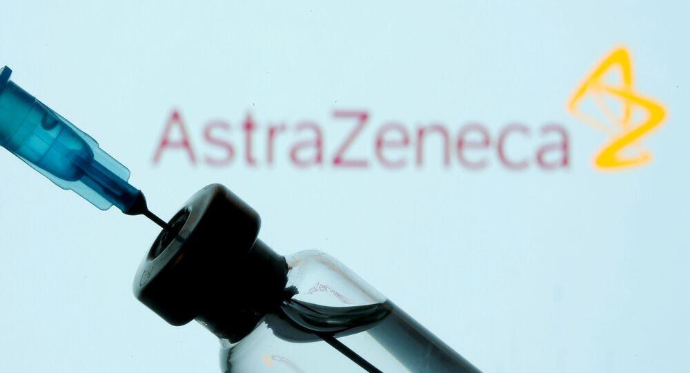 Un seringue sur fond de logo d'AstraZeneca