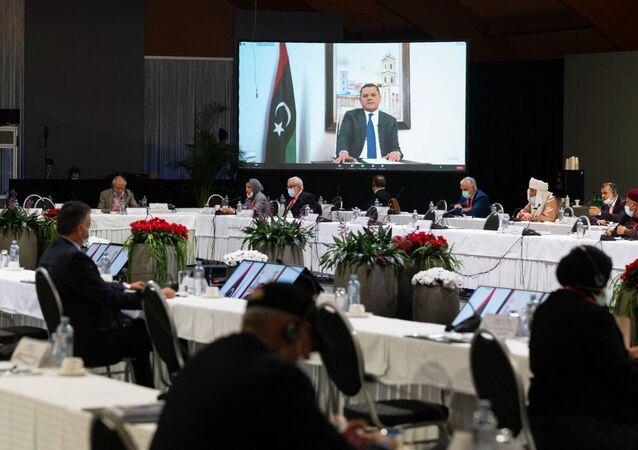 Cette photo prise le 3 février 2021 dans un lieu non divulgué près de Genève et diffusée par les Nations unies (ONU) montre Abdul Hamid Mohammed Dbeibah prononçant un discours par liaison vidéo lors d'une réunion du Forum de dialogue politique libyen (LPDF). - Les délégués libyens aux pourparlers facilités par les Nations unies le 5 février 2021 ont choisi Abdul Hamid Mohammed Dbeibah comme premier ministre de transition, ainsi qu'un conseil présidentiel de trois membres, pour gouverner ce pays d'Afrique du Nord ravagé par la guerre jusqu'aux élections de décembre. (Photo by Handout / UNITED NATIONS / AFP) / RESTRICTED TO EDITORIAL USE - MANDATORY CREDIT AFP PHOTO/ UNITED NATIONS - NO MARKETING - NO ADVERTISING CAMPAGNES - DISTRIBUTED AS A SERVICE TO CLIENTS