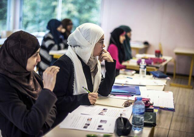 POUR ALLER AVEC L'HISTOIRE DE L'AFP PAR PAULINE TALAGRAND Les élèves suivent un cours d'arabe, le 16 octobre 2012, dans une classe de l'Institut européen des sciences humaines (IESH) à Saint-Leger-de-Fougeret, dans le centre de la France. L'Institut IESH, inauguré en 1992, forme en sept ans des musulmans français à devenir des imams professionnels, comme le demandent depuis 2003 les autorités de l'État français, et comme l'a récemment encouragé le ministre français de l'Intérieur, Manuel Valls.   AFP PHOTO / JEFF PACHOUD (Photo de Jeff PACHOUD / AFP)