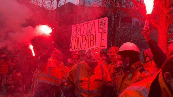 Une action de contestation des salariés de la raffinerie de Grandpuits au pied du siège de Total, 9 février 2021  - Sputnik France