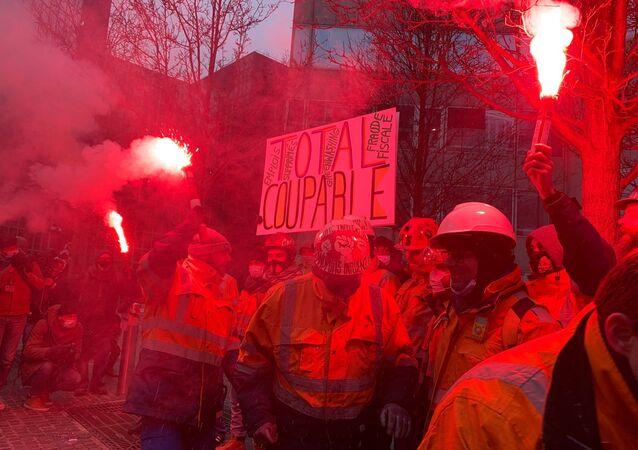 Une action de contestation des salariés de la raffinerie de Grandpuits au pied du siège de Total, 9 février 2021