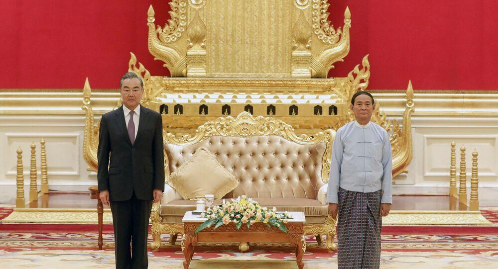 Le président birman Win Myint avec le ministre chinois des Affaires Etrangères, Wang Yi en Birmanie (Photo de Thar Byaw / MYANMAR STATE COUNSELLOR OFFICE / AFP)