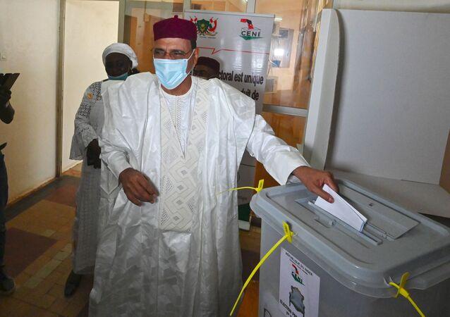 Le candidat à la présidentielle nigérienne Mohamed Bazoum en train de voter
