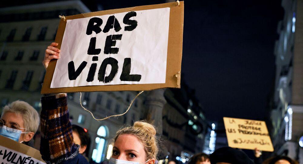 Une manifestation de soutien à Julie, qui assure avoir été violée par vingt sapeurs-pompiers de Paris à l'âge de 14 ans