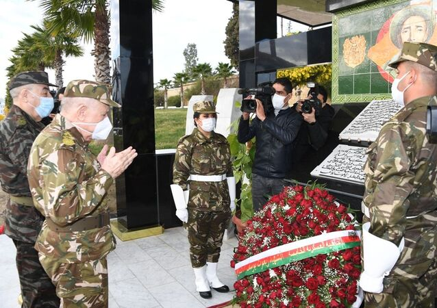 Le général Saïd Chanegriha, chef d'état-major de l'ANP, priant devant la stèle de Zighoud Youcef, l'un des grands architectes de la révolution algérienne contre le colonilaisme français