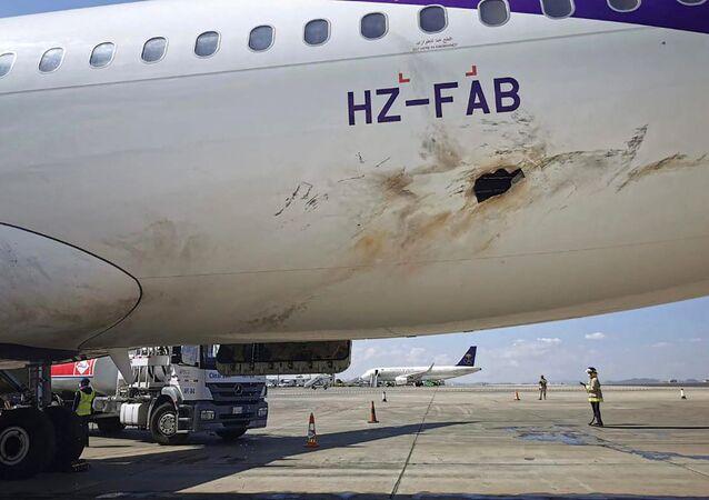 Un avion endommagé stationné à l'aéroport d'Abha