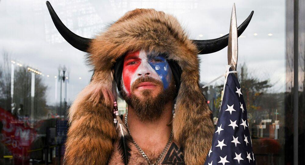 Jacob Anthony Chansley, également connu sous le nom de Jake Angeli, de l'Arizona, pose avec son visage peinturluré aux couleurs du drapeau des États-Unis tandis que les partisans de Donald Trump se réunissent à Washington le 6 janvier 2021
