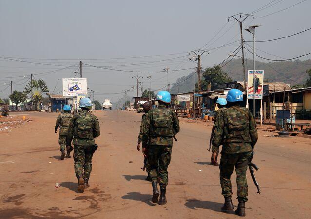 Des gardiens de la paix de la Mission multidimensionnelle intégrée des Nations Unies pour la stabilisation en République centrafricaine (MINUSCA) patrouillent dans les rues quelques heures après les attaques à Begoua, un district du nord de Bangui, en République centrafricaine, le 13 janvier 2021.