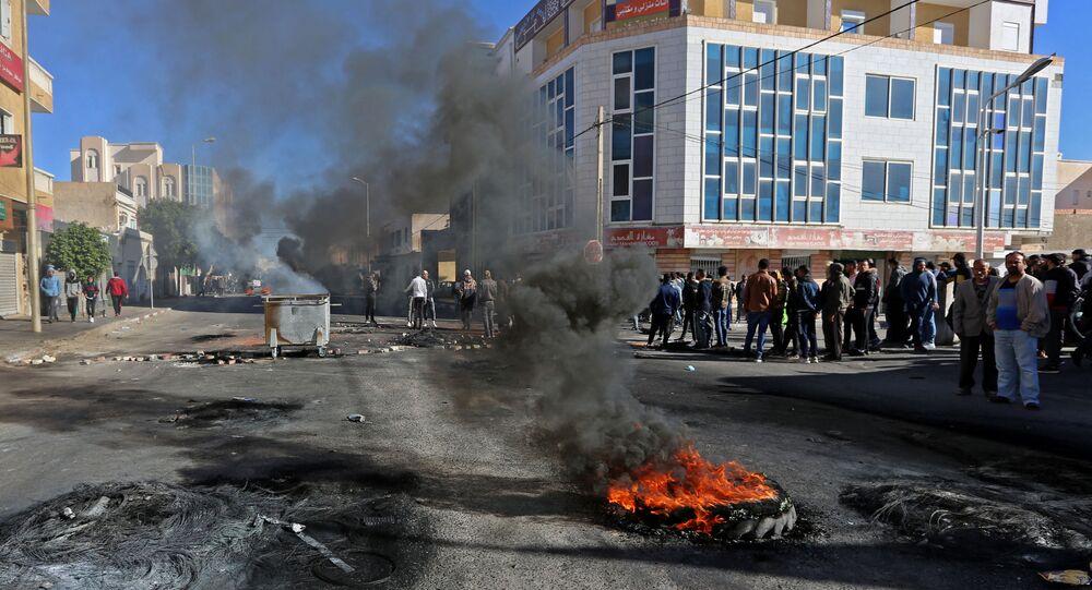 Des jeunes tunisiens brûlent des pneus pour protester contre le gouvernement qui n'a pas tenu ses promesses d'emploi