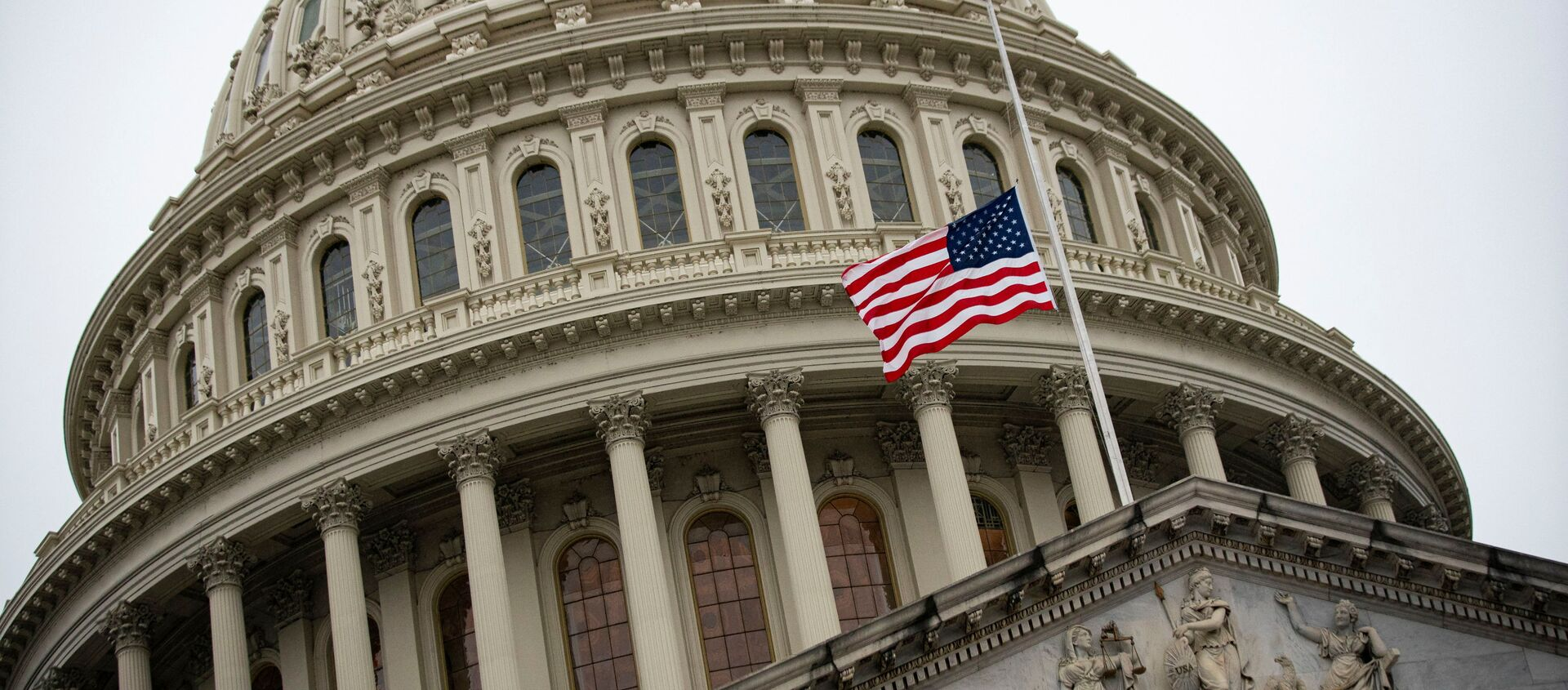 The American flag flies at half staff at the U.S. Capitol Building on the fifth day of the impeachment trial of former U.S. President Donald Trump, on charges of inciting the deadly attack on the U.S. Capitol, in Washington, U.S., February 13, 2021. - Sputnik France, 1920, 17.02.2021