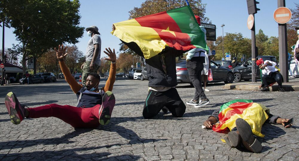 Manifestation contre le président camerounais Paul Biya, près de l'ambassade du Cameroun à Paris le 22 septembre 2020.