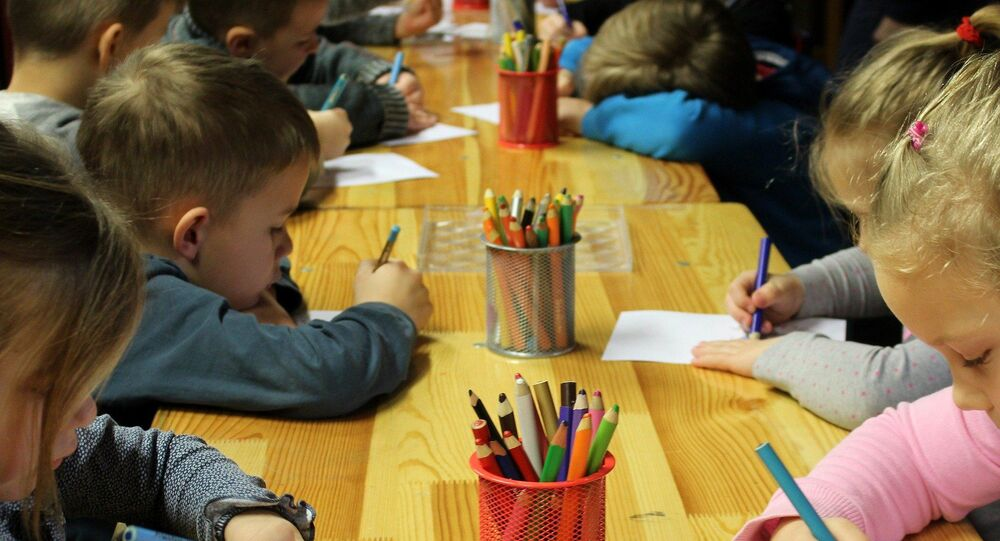 Des enfants dessinent