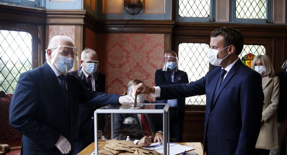 Emmanuel Macron vote pour le deuxième tour des élections municipales à la mairie du Touquet, le 18 juin 2020