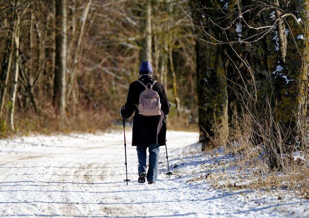 Une femme marche en hiver (image d'illustration)