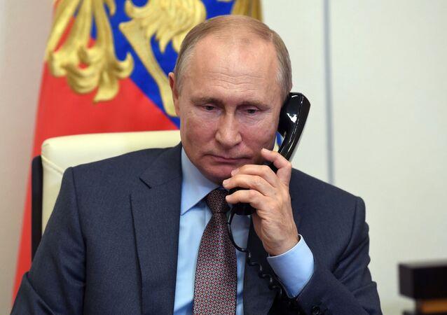 Vladimir Poutine au téléphone