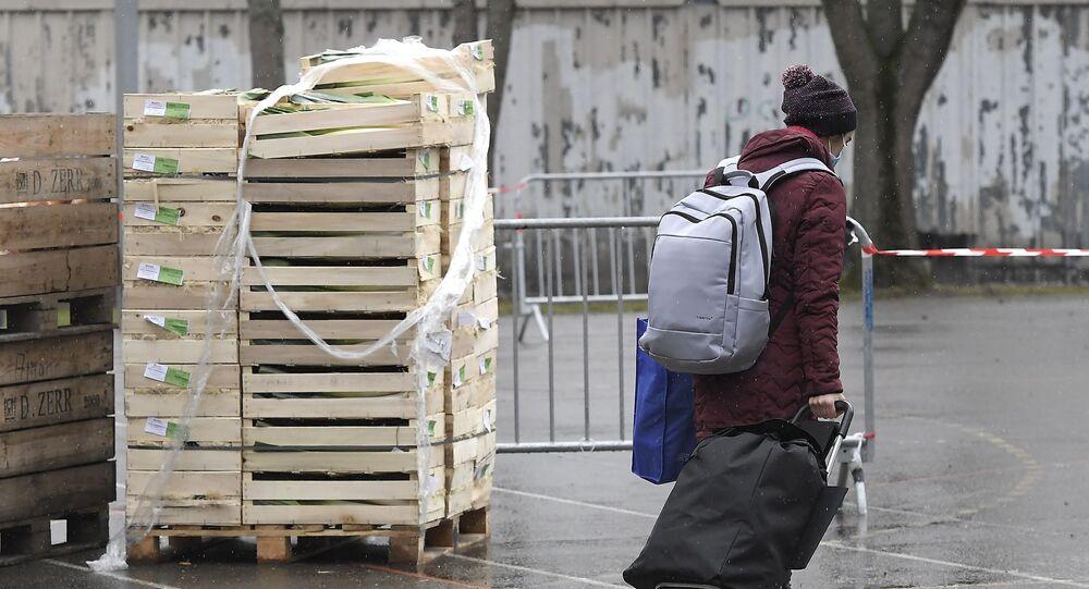 Un étudiant récupère de la nourriture lors d'une distribution alimentaire organisée par le Secours populaire, le 12 décembre 2020