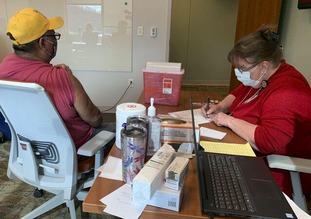Un Cherokee se fait inoculer un vaccin anti-Covid-18 en Caroline du Nord