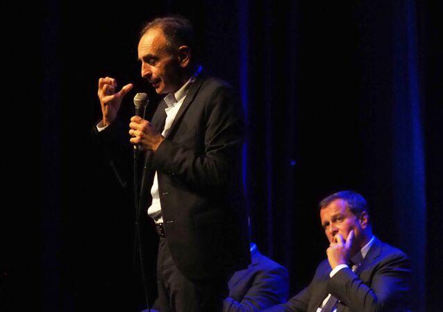 Eric Zemmour et Louis Aliot, lors d'un débat à Perpignan le 23 septembre 2019. (Photo by RAYMOND ROIG / AFP)