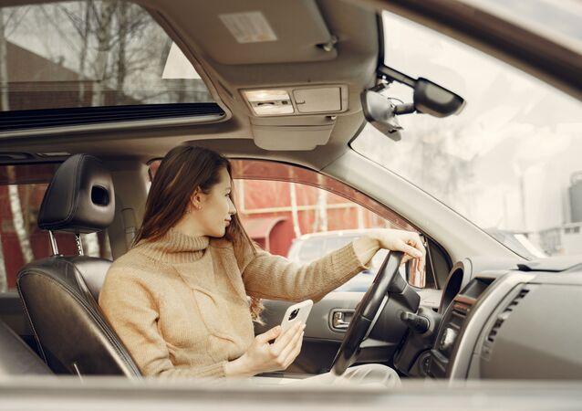 Une femme dans une voiture (image d'illustration)