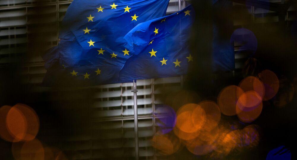 Drapeaux européens sur fond de QG de l'UE à Bruxelles