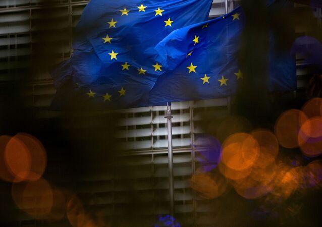 Drapeaux européens sur fond du QG de l'UE à Bruxelles