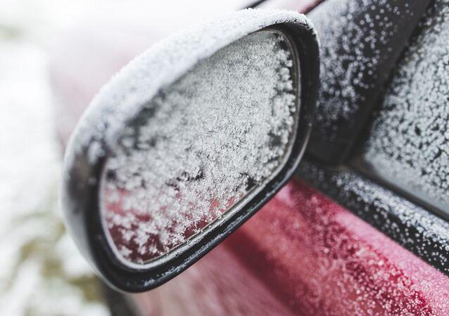 Une voiture couverte de neige