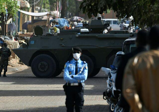 Un véhicule blindé bloque la circulation pour le deuxième tour de la présidentielle au Niger, Niamey, 21/02/2021