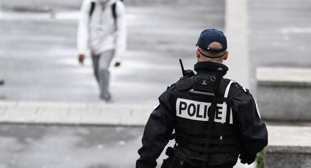 Un policier patrouille à Sarcelles dans le Val d'Oise, février 2021