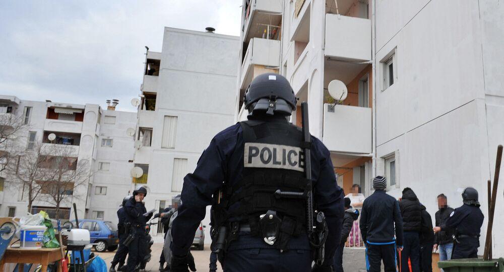 Un policier français lors d'une opération de police contre la prolifération des stupéfiants et des armes dans les quartiers nord de Marseille, janvier 2012