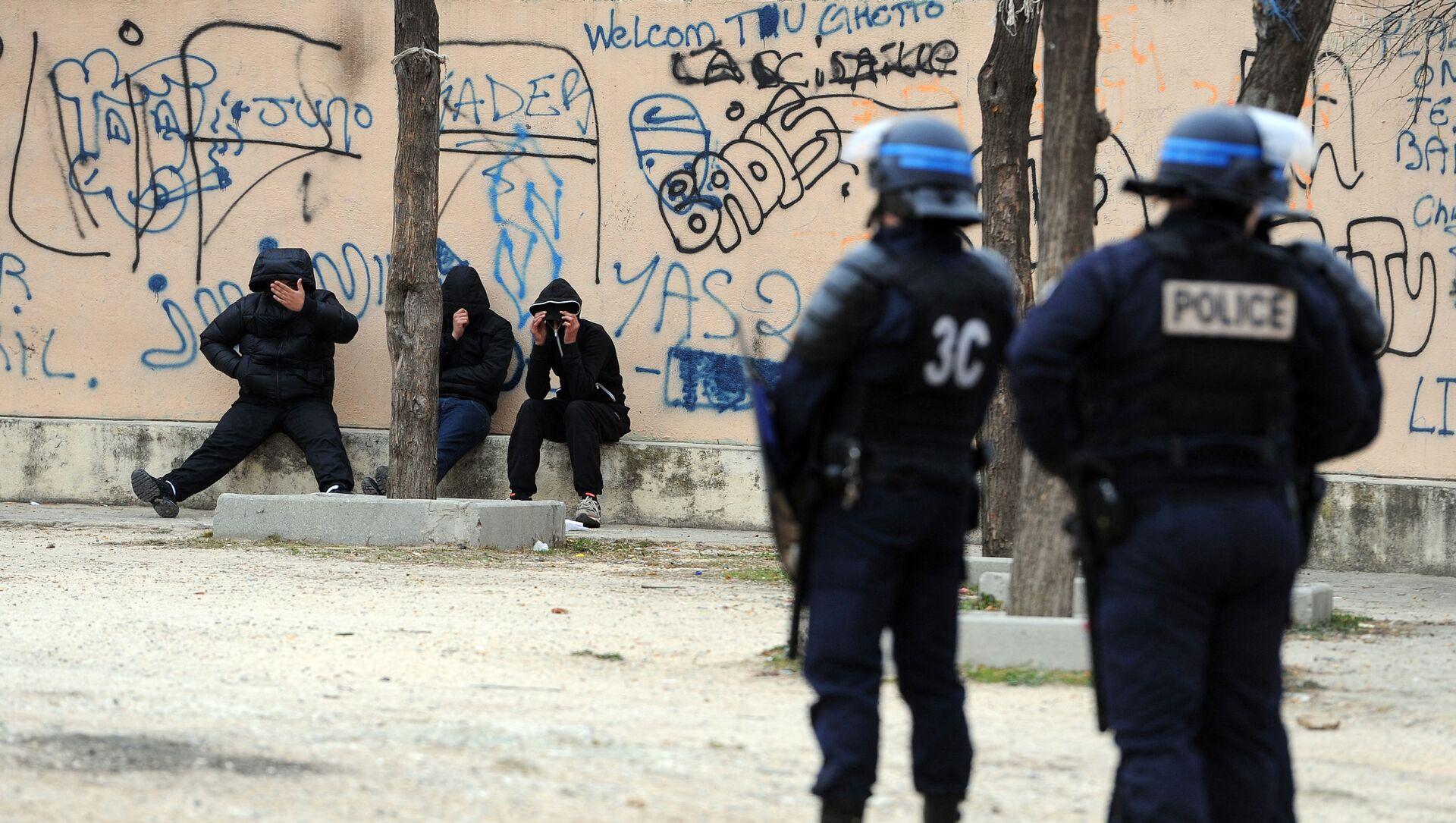Des policiers français lors d'une opération de police contre la prolifération des stupéfiants et des armes dans les quartiers nord de Marseille, janvier 2012 - Sputnik France, 1920, 23.08.2021