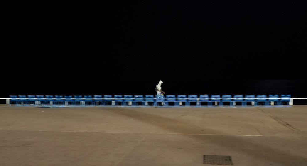 La Promenade des anglais à Nice, pendant un couvre-feu nocturne pour lutter contre la propagation de la pandémie de Covid-19. (Photo by Valery HACHE / AFP)