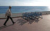 La Promenade des anglais à Nice, le 12 novembre 2020, lors du confinement (Photo by Valery HACHE / AFP)
