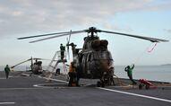 Un hélicoptère sur le porte-hélicoptère amphibie Tonnerre (Photo de CARL COURT / AFP)
