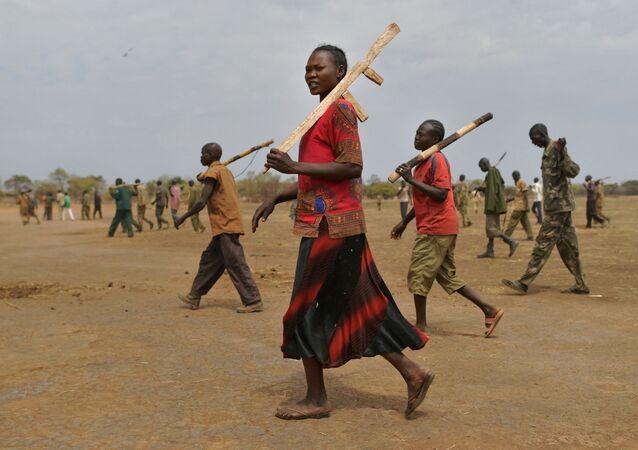 Les soldats stagiaires d'une nouvelle armée unifiée portent leurs fusils en bois tout en participant à un programme de réconciliation géré par la Mission des Nations Unies au Soudan du Sud