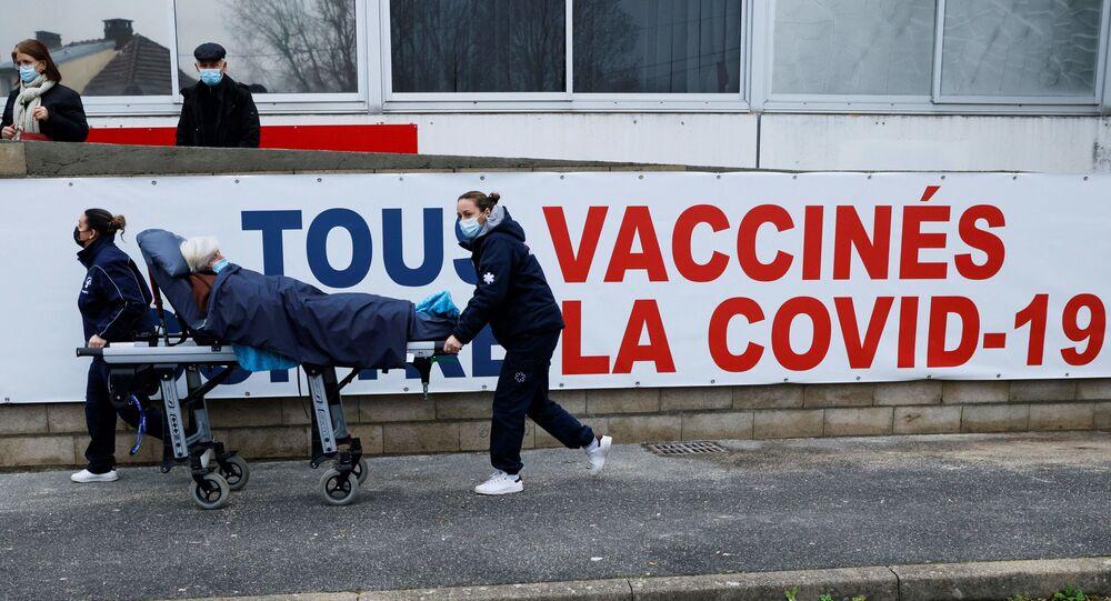 Une femme est transportée sur un brancard au centre de vaccination Covid-19 du Groupe Hospitalier Sud Ile-de-France à Melun.