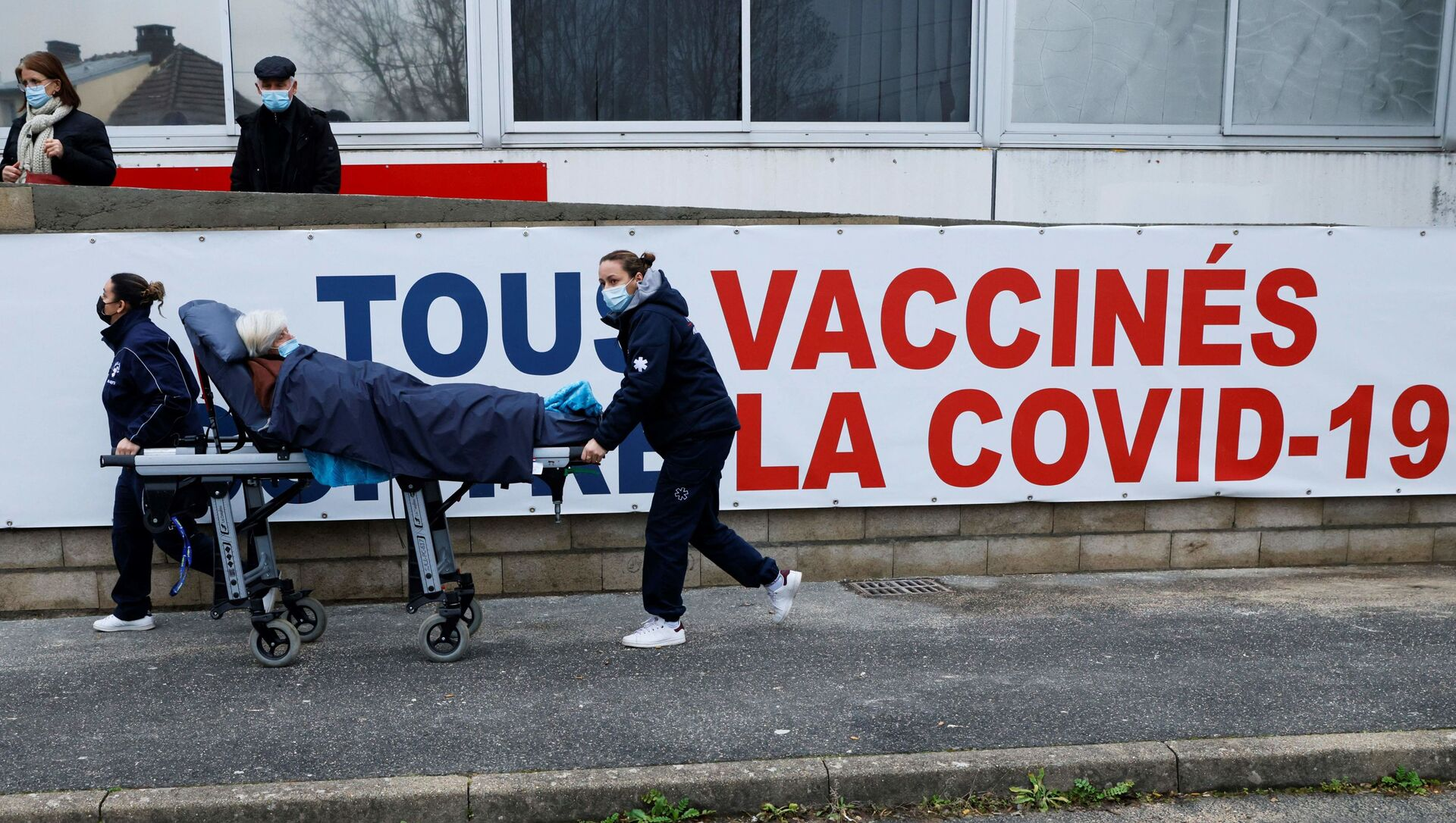Une femme est transportée sur un brancard au centre de vaccination Covid-19 du Groupe Hospitalier Sud Ile-de-France à Melun. - Sputnik France, 1920, 30.07.2021