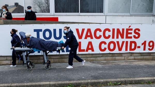 Une femme est transportée sur un brancard au centre de vaccination Covid-19 du Groupe Hospitalier Sud Ile-de-France à Melun. - Sputnik France
