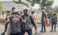 Un manifestant prend à partie un policier lors d'une manifestation à Kinshasa, RDC