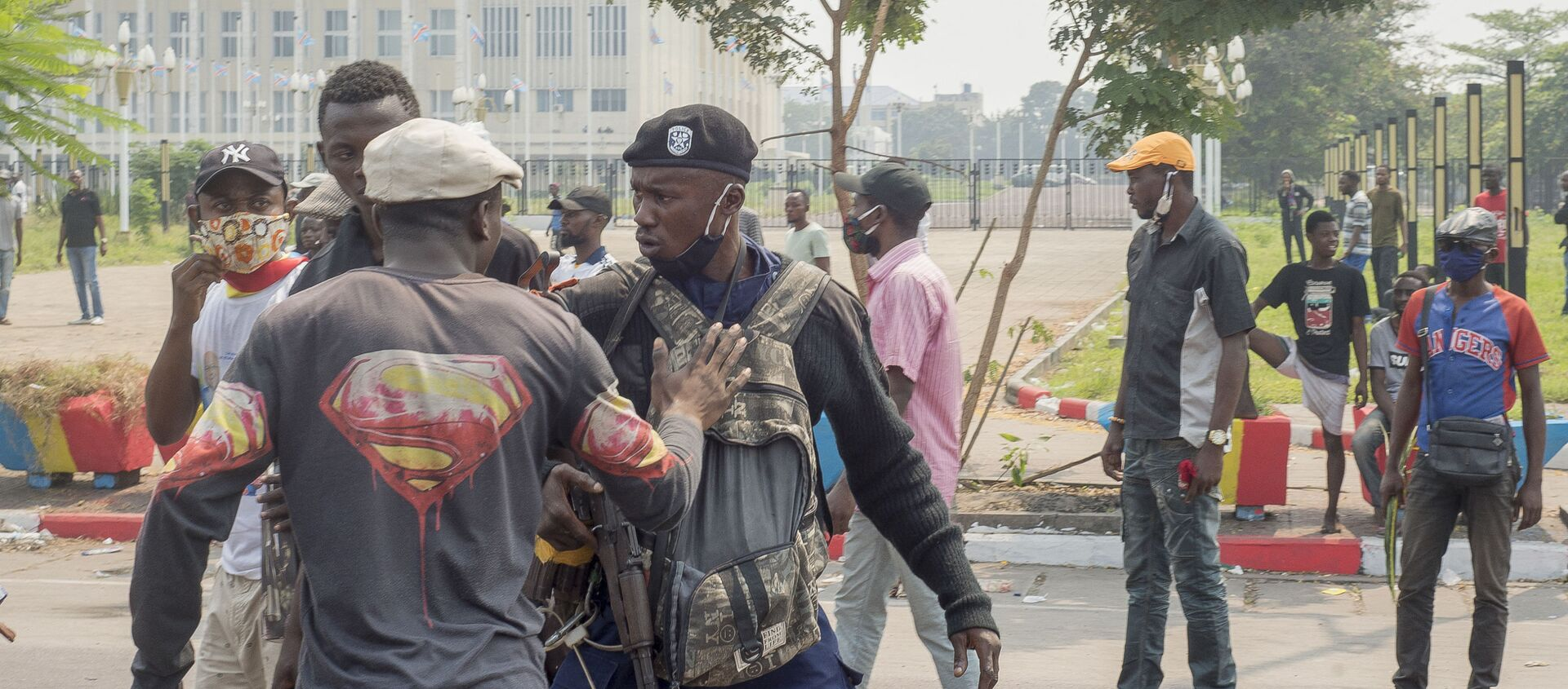 Un manifestant prend à partie un policier lors d'une manifestation à Kinshasa, RDC - Sputnik France, 1920, 25.02.2021