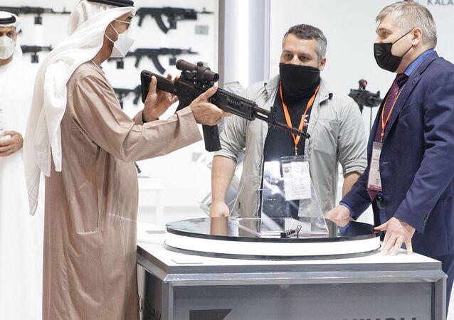 Le prince héritier d'Abou Dhabi, Mohammed ben Zayed, examine le fusil d'assaut AK-19