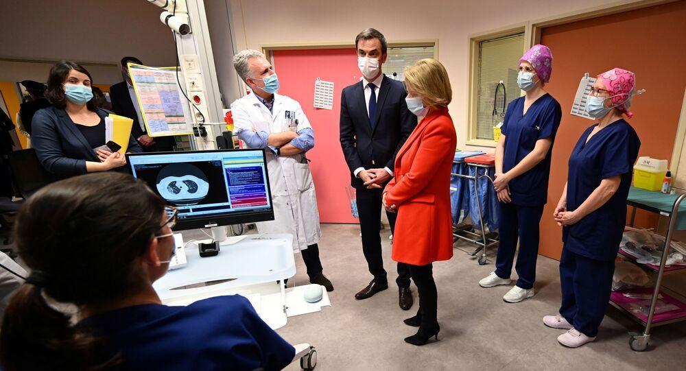 Olivier Véran lors de sa visite dans le centre hospitalier de Dunkerque, le 25 février 2021