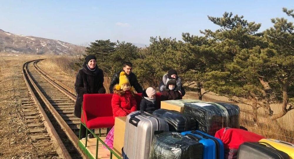 des diplomates russes quittent la Corée du Nord en poussant un chariot ferroviaire