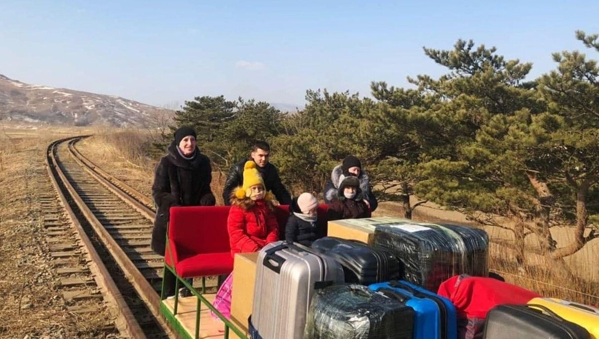 des diplomates russes quittent la Corée du Nord en poussant un chariot ferroviaire - Sputnik France, 1920, 26.02.2021