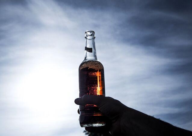 Un bras avec une bouteille